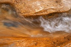 Wasser auf Felsen Lizenzfreie Stockfotografie