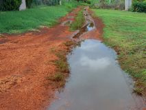 Wasser-Banken nach Niederschlag stockbild