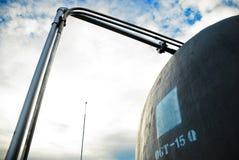 Wasser-Becken auf Dachspitze mit Rohrzeilen Stockfotografie