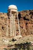 Wasser-Behälter in der schroffen Wüste Stockfoto