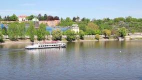 Wasser-Bus-Boot, das den die Moldau-Fluss in Prag schwimmt stock footage