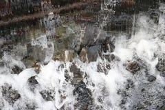 Wasser, das über das Wehr fällt Stockbild