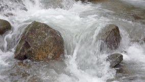 Wasser, das über die Felsen fließt stock footage