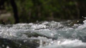 Wasser, das über die Felsen fließt stock video footage