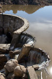Wasser, das über eine Verdammung fließt Lizenzfreie Stockfotos