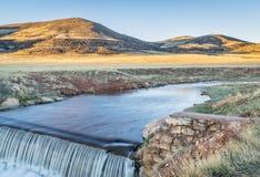 Wasser, das über eine Verdammung kaskadiert Lizenzfreies Stockfoto