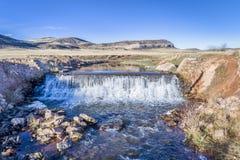 Wasser, das über eine Verdammungsvogelperspektive kaskadiert Stockfoto