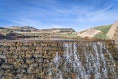 Wasser, das über eine Verdammungsvogelperspektive kaskadiert Stockfotografie