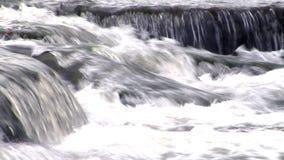 Wasser, das über Felsen 1 fließt stock video footage