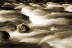 Wasser, das über Felsen fließt Lizenzfreie Stockfotos