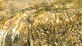 Wasser, das über Felsen fließt stock footage