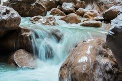 Wasser, das über Felsen fließt Lizenzfreie Stockfotografie