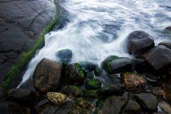Wasser, das über Felsen fließt Lizenzfreies Stockfoto