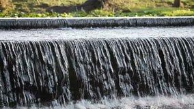Wasser, das über Flussverdammung fließt stock video footage