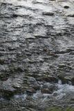Wasser, das über Kiesel läuft Lizenzfreies Stockbild