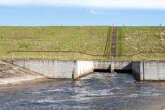 Wasser, das über Schleusentoren fließt Stockbild