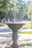 Wasser, das überall verbreitet stockfoto