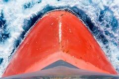 Wasser, das auf dem Schiff ` s Bogen bricht Lizenzfreie Stockbilder