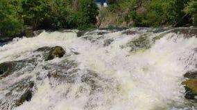 Wasser, das auf den Felsen und den Steinen spritzt Flussstrom, der schnell über Kaskade in Natur fließt stock video footage