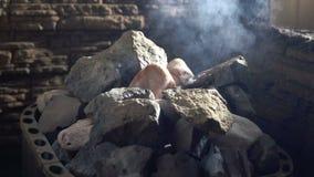 Wasser, das auf den Stein in Sauna fließt Apfel- und Bandmaß Langsame Bewegung stock video footage