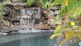 Wasser, das auf Felsen fällt stock footage
