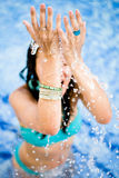 Wasser, das auf Frau fällt Stockbild