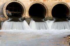 Wasser, das aus dem Abfluss heraus fließt Lizenzfreies Stockfoto