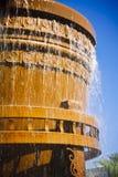 Wasser, das aus einer Wanne heraus fällt Stockbilder
