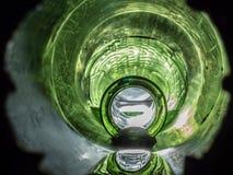 Wasser, das aus vibrierender Flasche heraus fließt stockbild