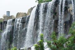 Wasser, das über Felsen kaskadiert Lizenzfreie Stockfotografie