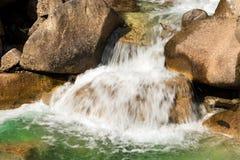 Wasser, das in The Creek fließt Lizenzfreie Stockfotos