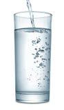 Wasser, das in Glas fließt Stockbilder