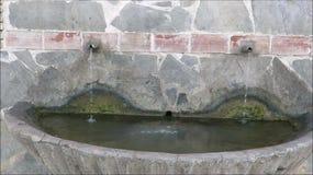 Wasser, das in Dorf-Brunnen läuft stock video