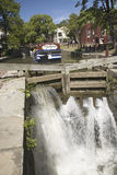 Wasser, das durch den Kanal strömt Stockfoto