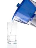 Wasser, das ein Glas gießt Stockfotos