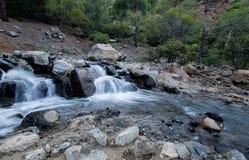Wasser, das in einen Fluss fließt Lizenzfreies Stockfoto