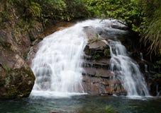 Wasser, das in Fällen fließt Lizenzfreies Stockfoto