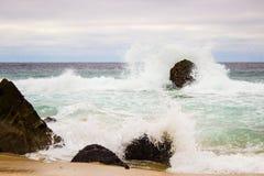 Wasser, das gegen Felsen spritzt Lizenzfreies Stockbild