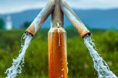 Wasser, das Hahn vom im Freien fließt Lizenzfreies Stockfoto