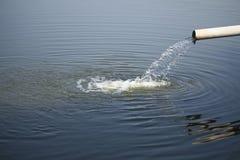 Wasser, das heraus aus Rohr gießt Stockfotos