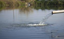 Wasser, das heraus aus Rohr gießt Lizenzfreies Stockfoto