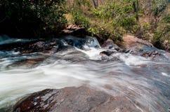 Wasser, das hinunter einen Strom fließt Stockfotos