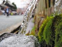 Wasser, das im Becken im Wasserbrunnen sprudelt stockbilder