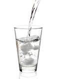 Wasser, das innen einem Glas gegossen wird Stockfotos