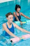 Wasser, das mit Aqua Dumbbell trainiert Stockfoto