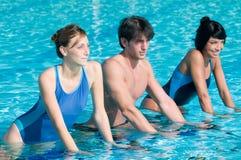 Wasser, das mit aquabike trainiert Lizenzfreie Stockbilder