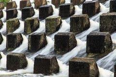 Wasser, das unten gießt Stockfotografie