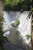 Wasser, das vom Abflusskanal fließt Lizenzfreie Stockfotografie