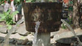 Wasser, das vom Eimer 4k leckt stock video