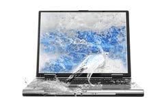 Wasser, das vom Laptop spritzt Lizenzfreies Stockbild